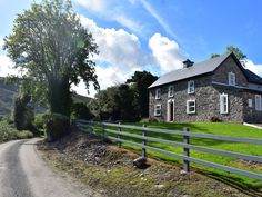 PRICE FROM £280.00 PW SLEEPS 6 BEDROOMS 3 BATHROOMS 2 PET FREE This detached house near Kenmare sleeps six people in three bedrooms.