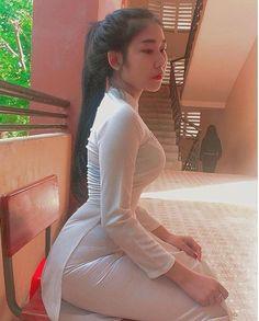 Vietnamese Traditional Dress, Traditional Dresses, Model Girl Photo, Ao Dai, Beautiful Asian Girls, Ulzzang Girl, Asian Beauty, Female Models, Amazing Women