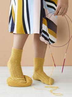 Villasukat pyöröpuikoilla! Nyt opetellaan magic loop – katso selkeät ohjeet ja ilmainen sukkaohje! | Kodin Kuvalehti High Socks, Knit Crochet, Sewing, Knitting, Crochet Ideas, Fabrics, Patterns, Tips, Fashion