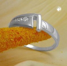 Ring, 7mm mit 3 Zirkonias, Silber 925  Oberfläche matt-glänzend