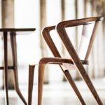 Alexandre Caldas, designer portugais et co-fondateur de la marque AROUNDtheTREE, propose une réédition de la traditionnelle chaise Portuguese de 1953.