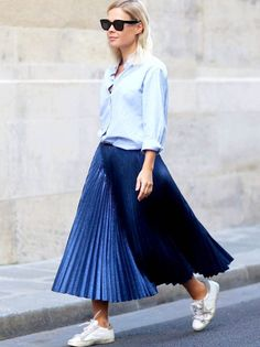 Pleated skirts are a trend that's quickly become a closet staple. Here are outfit ideas and inspiration for how to style a pleated skirt. Jupe Midi Basket, Maxi Skirt Winter, Blue Pleated Skirt, Mini Skirt, Pleated Skirt Outfit Midi, Style Feminin, Feminine Style, Simple Style, Long Skirt Outfits