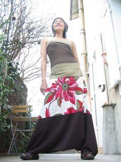 Comme vous êtes plusieurs à me demander comment je fais ma robe sarouel, eh bien en voici la recette: Tout d'abord, il faut prendre un pantalon...