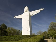 The Christ of the Ozarks statue overlooks the picturesque Victorian village of Eureka Springs, Arkansas, US. The inspiring image of the seven-story statue may be seen from the village. Bible Museum, Sunrise Services, Branson Vacation, Victorian Village, Eureka Springs, Mountain Bike Trails, Home Pictures, High Resolution Picture, Most Visited