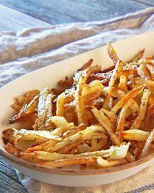 O segredo de uma boa batata feita no forno é deixá-la de molho na água salgada depois de descascada...