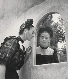 Great shot of Frida Kahlo looking into the mirror of her garden in Coyoacan, Mexico City. Photo by Lola Álvarez Diego Rivera, Kahlo Paintings, Frida And Diego, Hispanic Heritage Month, Infertility Treatment, Mexican Artists, National Gallery Of Art, Great Shots, Interesting Faces