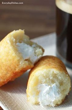 Homemade Twinkies recipe Everyday Dishes & DIY is part of Homemade twinkies - Give your family and guests a nostalgic treat with these homemade Twinkies stuffed with creamy whipped topping frosting filling Just Desserts, Delicious Desserts, Dessert Recipes, Yummy Food, Twinkie Filling Recipe, Homemade Twinkies, Homemade Recipe, Hostess Cakes, Amor