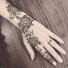 Treated myself to a lovey design inspired by @amelia.dregiewicz  #henna #hennatattoo #hennadesign #inspired #bodyart #floralhenna #mendhi #mehndi #naturalhenna #natural #calgaryhenna #canada #calgary