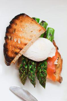 Kanapka z wędzonym łososiem, grillowanymi szparagami i jajkiem w koszulce