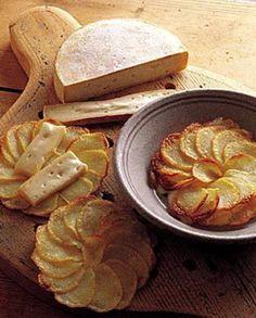 Recette Pommes de terre au reblochon : Allumer le four à 180°, thermostat 7. Pelez et coupez en fines rondelles (2mm d'épaisseur) les pommes de terre avant de les laver puis de les sécher dans un torchon propre. Huilez au pinceau la plaque du four. Faites fondre le beurre 30 s au micro-ondes. D�...