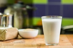 raw coconut milk for when you only have water and coconut flakes (recipe in romanian) Raw Coconut, Raw Milk, Coconut Recipes, Beverages, Drinks, Coconut Flakes, Glass Of Milk, Shake, Organic