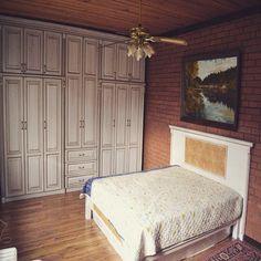 Мебельное ателье FEELWOODS.  Спальня из массива бука в подмосковном таунхаусе в стиле лофт