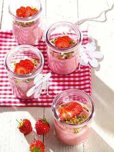 Sahniger Erdbeer-Grießbrei Ein cremiger Grießbrei mit pürierten Erdbeeren als sommerliches Dessert