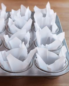 How To Make Easy DIY Muffin Liners out of Parchment Paper. These simple cupcake or muffin liners look so fancy and are great for holidays like Thanksgiving, Christmas, and brunches in mornings. Cheap and beautiful for muffins of all flavors! Lard Recipe, Cuisine Diverse, Gateaux Cake, Cupcake Liners, Cupcake Wrappers, Baking Tips, Baking Hacks, Baking Secrets, Bread Baking