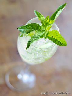 #Minzsirup | 50 g frische Minzblätter, bzw. äußere Spitzen der Zweige Saft einer #Zitrone  250 g Zucker  1 gestrichener TL Salz  600 ml Wasser