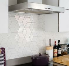 White Kitchen Backsplash, Kitchen Wall Tiles, Mosaic Backsplash, Kitchen White, Kitchen Interior, Kitchen Decor, Kitchen Ideas, Küchen Design, Cool Kitchens