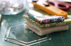 Hexagonal coasters tutorial! Quilting Projects, Coasters, Quilts, Ethnic Recipes, Blog, Pattern, Fabric, Photography, Scrappy Quilts