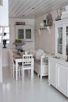 Small, narrow breakfast room with table, hanging cabinet, shelf and cupboard. Shabby and Charme: Nordic Style–una bellissima casa norvegese Cocina Shabby Chic, Shabby Chic Dining Room, Deco Studio, Style At Home, Home And Deco, Home And Living, Home Kitchens, Kitchen Remodel, Kitchen Decor