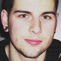 Picture of M Shadows I love this picture of him. His eyes are a lovely green colour! Matt Shadows, Matt Sanders, Jimmy The Rev Sullivan, Synyster Gates, Avenged Sevenfold, Heavy Metal Bands, His Eyes, Future Husband, Eye Candy