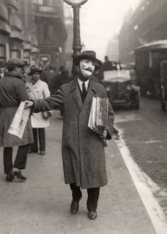 """Paris 1920s """"Vendeur de journaux"""""""