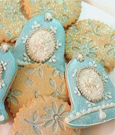 Shimmery Blue Snowflake & Bell Cameo Christmas Cookies - Galletas decoradas azules con motivo de Navidad