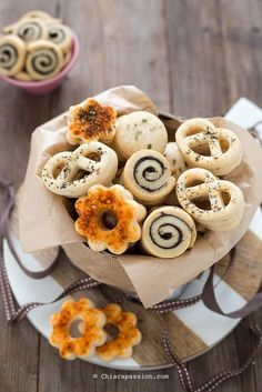 Biscotti salati (senza uova) perfetti per l'aperitivo Chiarapassion Easy Delicious Recipes, Real Food Recipes, Yummy Food, Amouse Bouche, Biscuits, Savarin, Party Finger Foods, Oatmeal Chocolate Chip Cookies, World Recipes