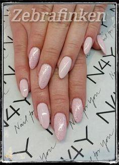 Nude punk lyserøde negle med negle glimmer lavet af skønne Maria