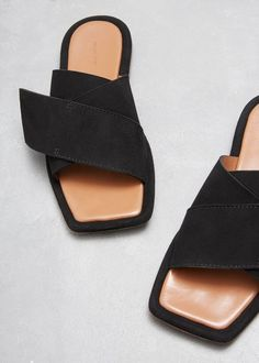 23 Flat Sandals Every Girl Should Keep - Shoes Crowd Keep Shoes, Me Too Shoes, Mules Shoes, Shoes Sandals, Flat Sandals Outfit, Giuseppe Zanotti Heels, Clearance Shoes, Fashion Heels, Summer Shoes