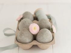 DIY-Anleitung: Ostereier aus Beton gießen / diy tutorial: easter eggs made of concrete via DaWanda.com