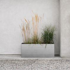 Design Of Pot Rectangle är en rektangulär kruka som monteras ihop och kan användas enskilt eller flera tillsammans. Finns också i fyrkantigt format. Tillverkad i varmförzinkat stål och fungerar både inne och ute. Kombinera gärna med fatet Design Of Saucer Rectangle. Villa, Patio, Plants, Design, Plant, Fork, Villas, Planets