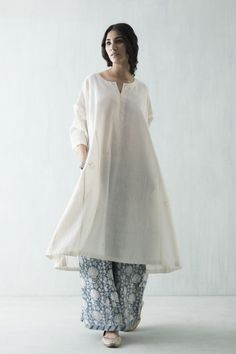 In summers dressing up is a real problem as the most comfortable pair of clothing fells like night suit. Here are 6 amazing styles which'll help to beat the heat. Indian Attire, Indian Ethnic Wear, Pakistani Outfits, Indian Outfits, Kurta Style, Desi Clothes, India Fashion, Fashion Women, Latest Fashion