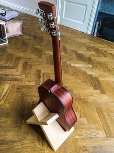 Simple Elegant Guitar Stand Simple DIY Guitar Stand from a single piece of wood Carpentry Projects, Woodworking Projects That Sell, Woodworking Patterns, Woodworking Furniture, Diy Wood Projects, Fine Woodworking, Woodworking Crafts, Wood Crafts, Woodworking Classes