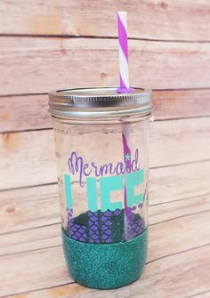 Mermaid Life mason jar tumbler// mason jar// by VinoAndVinylCo Mason Jar Cups, Mason Jar Tumbler, Glitter Mason Jars, Glitter Cups, Mason Jar Crafts, Mermaid Cup, Mermaid Gifts, Vinyl Crafts, Vinyl Projects