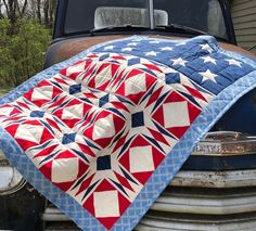 Red, white and blue patriotic paper pieced quilt with raw edge applique stars. Alabama Quilt, American Flag Quilt, Picnic Blanket, Outdoor Blanket, Raw Edge Applique, Happy July, Star Background, Patriotic Quilts, Quilt Of Valor