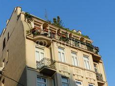 Sanierter Altbau mit begrüntem Balkon in Istanbul Beyoglu am Bosporus in der Türkei
