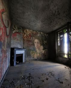 'mural in abandoned house' Old Buildings, Abandoned Buildings, Abandoned Places, Abandoned Castles, Haunted Places, Abandoned Mansions, Wabi Sabi, Old Houses, Haunted Houses