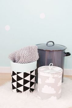 Opbergers op een babykamer. De grote vintage pan doet dienst als luieremmer. #wonenvoorjou