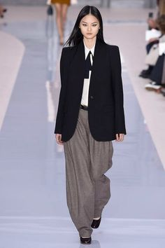 See the complete Chloé Fall 2017 Ready-to-Wear collection.