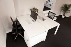 Kantooromgeving; oplevering 2012 | Werkplekken met een ladenblok in een strakke doch chique sfeer. Wit, zwart, bureaustoel | Workstations with containers in a clean but chic environment. White, black, desk chair, office chair