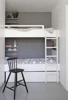 petite chambre enfant avec une peinture murale grise et lits superposés