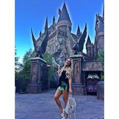 """Bruna Manzon ⭐️ no Instagram: """"Hogwarts, o castelo do Harry  @universalorlando Saia @dgtrio Blusa @jjmodas #harrypotter #universal #orlando #eua"""""""