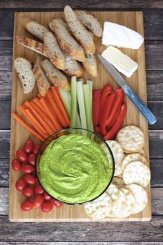A garlicy, tangy hummus using fresh spinach, salty feta and chickpeas. Low Carb Vegetarian Recipes, Vegetarian Appetizers, Cooking Recipes, Healthy Recipes, Vegetarian Food, Pesto, Spinach And Feta, Baby Spinach, Hummus Ingredients