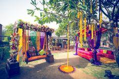 Elements Decor Delhi - Review & Info - Wed Me Good Big Indian Wedding, Indian Wedding Planning, Desi Wedding, Wedding Stage, Chic Wedding, Indian Weddings, Mehndi Decor, Mehendi, Sitting Arrangement