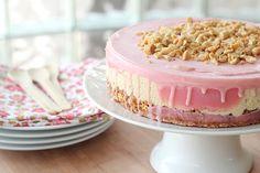 Bolo rosa com amendoins
