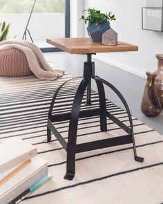 Ob als Erweiterung Ihrer Sitzgruppe oder solo in einer freien Nische: Mit diesem Drehhocker holen Sie sich ein fantastisches Stück Möbeldesign nach Hause, das mit seinem schwungvollen Look und seinen hochwertigen Materialien überzeugt. Die quadratische, drehbare Sitzfläche des Hockers ist aus massivem Akazienholz gefertigt und wird von schön geschwungenen, schwarzen Füßen aus pulverbeschichtetem Metall getragen. Led Wand, At Home Store, Acacia, Bar Stools, Armchair, Furniture, Home Decor, Products, Ebay