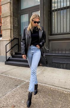 Vinte Looks Estilosos com Jeans Claro – Gabi May I . Read more The post Vinte Looks Estilosos com Jeans Claro – Gabi May appeared first on How To Be Trendy. Street Style Outfits, Edgy Outfits, Mode Outfits, Street Style Looks, Fashion Outfits, Fashion Trends, School Outfits, Laid Back Outfits, Denim Outfits