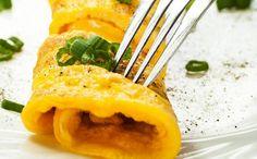 Omelete enrolado e recheado é muito fácil de fazer Healthy Chef, Healthy Recipes, Queijo Cottage, Cantaloupe, Eggs, Fruit, Tableware, Food, Lights