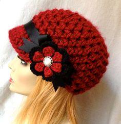 Precioso sombrero de vendedor de periódicos, niñas, adolescentes o de mujeres. Rojo (se muestra). O elige tu Color. Hilado suave grueso y fornido. Mano de ganchillo con hilado de acrílico suave, grueso muy grueso. Cálido y divertido.  COLOR (S): Sombrero: Rojo (se muestra). Otros colores están disponibles. Acentos: La cinta en negro; Flor del ganchillo en el mismo color que el sombrero con acento negro. Quiero un color diferente, solo me mensaje.  Juego bufanda…