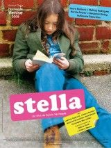 Stella ha cumplido once años y acaba de empezar sus estudios en un instituto parisino. Su vida diaria transcurre en el bar que regentan sus padres: un refugio donde los obreros se entregan a la bebida, a las apuestas, al fútbol, y las veladas se alargan hasta el amanecer. Para Stella, la vida escolar no es nada fácil, pues los estudios no son su fuerte. (FILMAFFINITY)