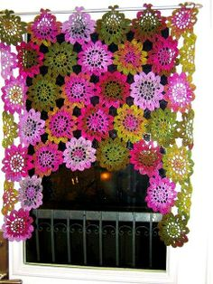 zo leuk....again in a different language but this is beautiful crocheted window treatment